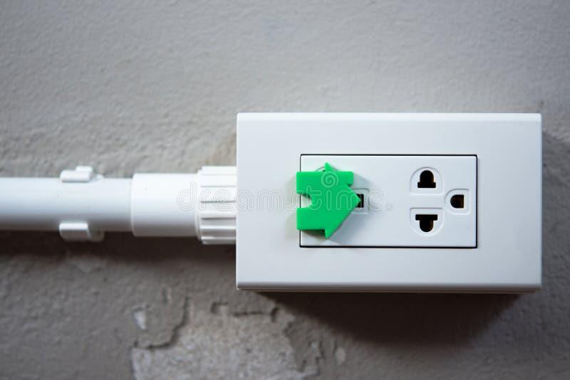 Elektryczna ochrona dla bezpieczeństwo domu ac władzy ujście dla baba fotografia stock
