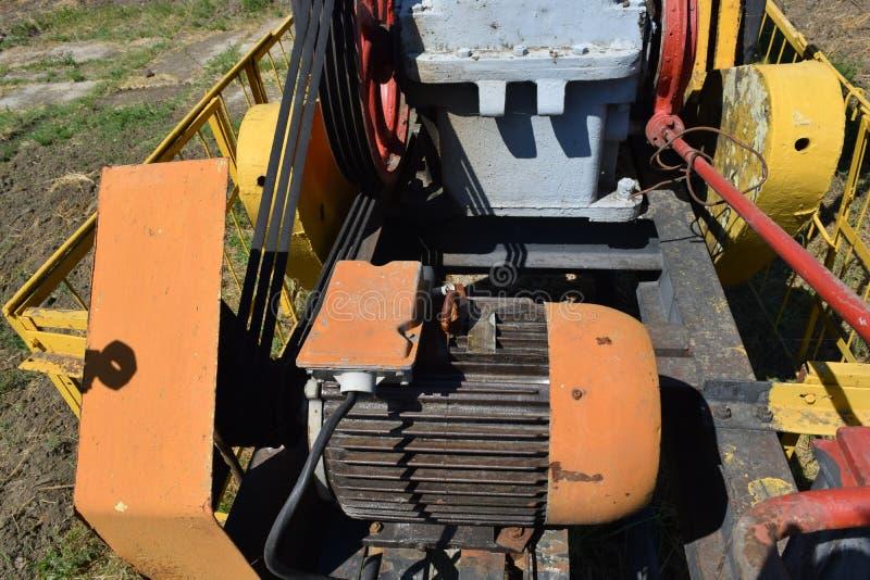 Elektryczna przejażdżka i reduktor pompuje jednostkę szyb naftowy obraz stock