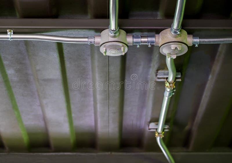 Elektryczna przewód praca Na stalowych promieni i metalu prześcieradła dachach, sty zdjęcia stock