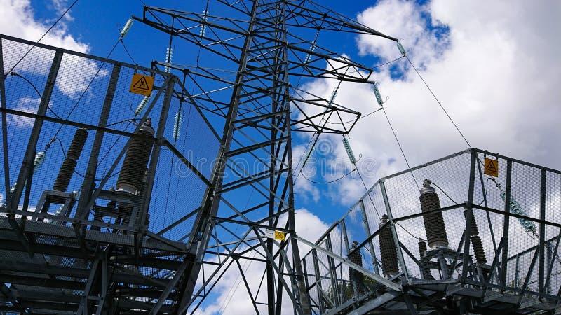 Elektryczna siatka z niebo widokiem zdjęcia royalty free