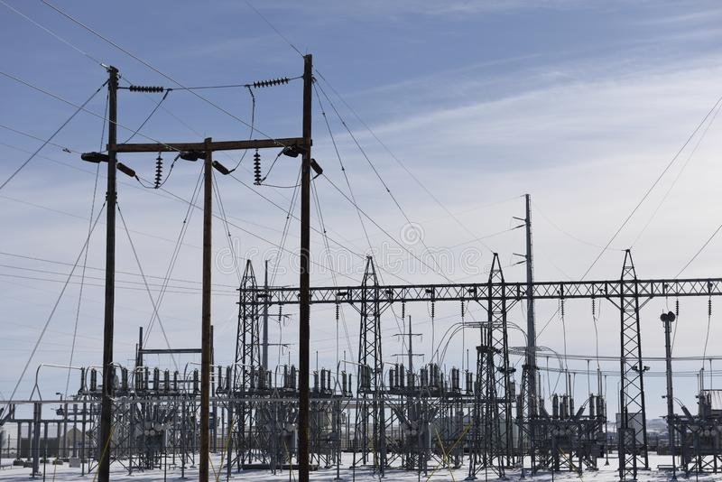 Elektryczna siatki infrastruktura, wysoka woltaż podstacji metalu struktura obrazy stock