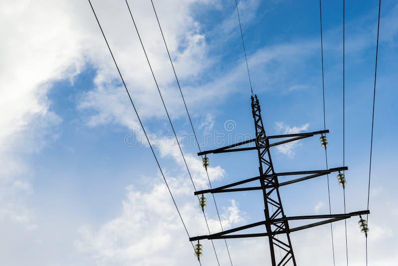 Elektryczna wysoka woltażu przekazu słupa linia energetyczna i druty z chmurnym niebieskim niebem zdjęcia royalty free