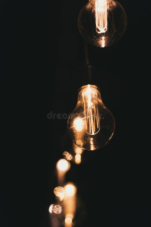 Elektryczne żółte żarówki na ulicie przy nocą Żarówki na girlandy outsidoor fotografia stock