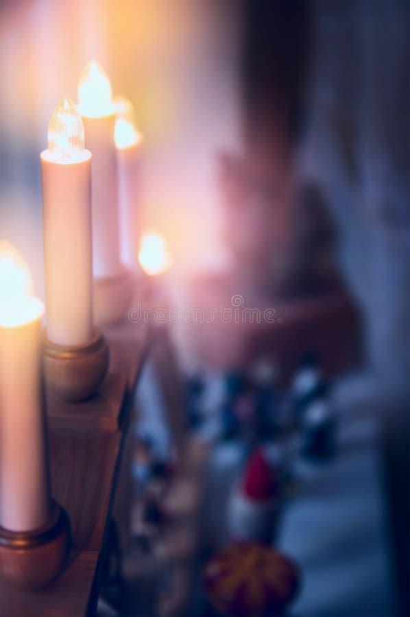 Elektryczne Bożenarodzeniowe świeczki i dekoracja nad izbowym tłem zdjęcia royalty free