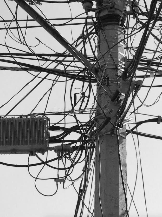 Elektrycznego drutu bigos na władza słupie zdjęcia royalty free
