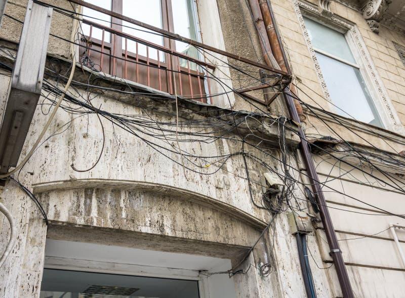 Elektrycznego kabla bałagan w Bucharest, Rumunia obrazy stock