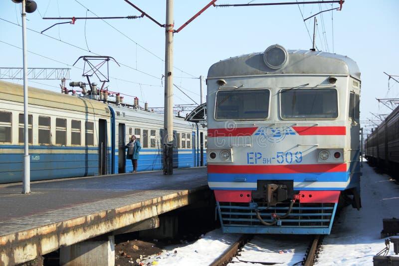 Elektrycznego pociągu pobyt platformą obrazy stock