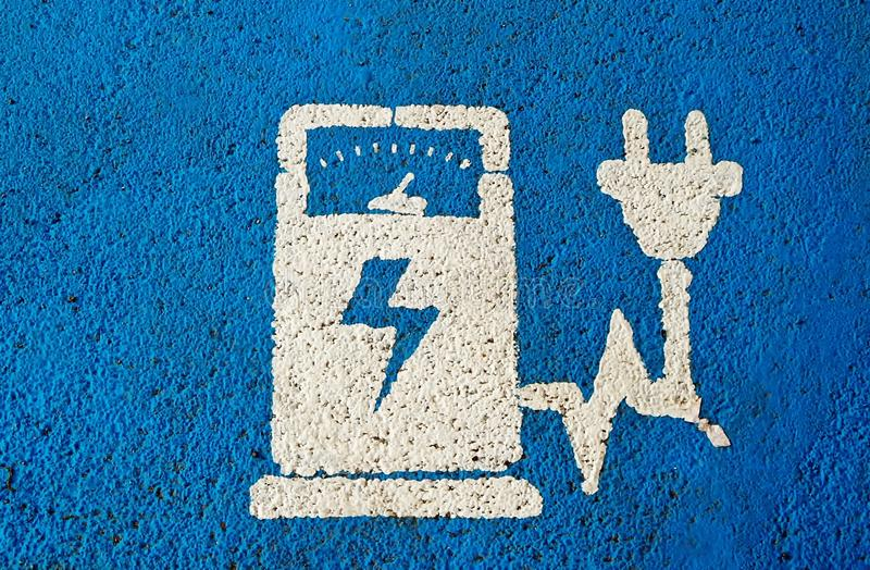 Elektrycznego pojazdu społeczeństwa staci ładuje znak na błękicie malował asfalt zdjęcie royalty free