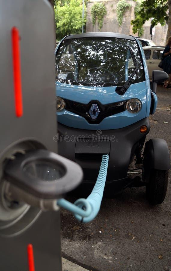 Elektrycznego samochodu ładuje bateria zdjęcia royalty free