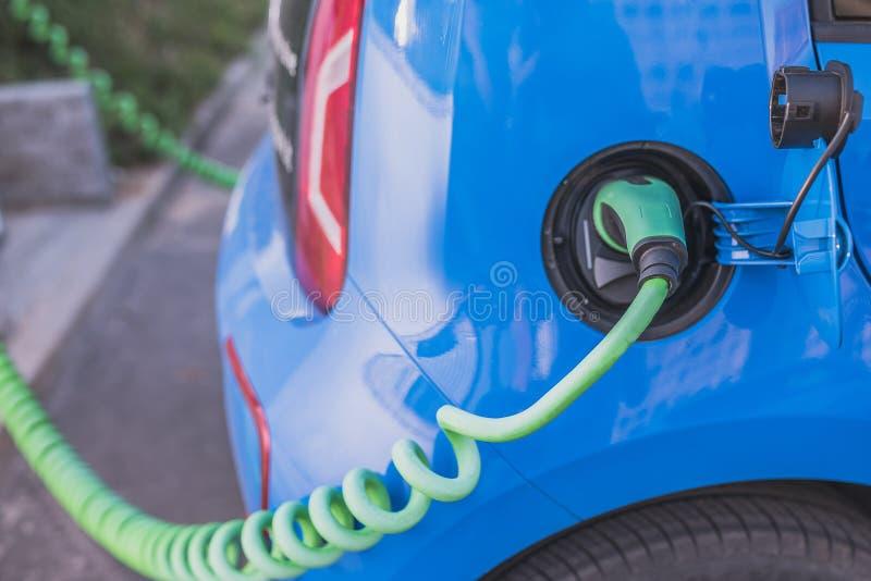 Elektrycznego samochodu ładuje baterie zdjęcie stock