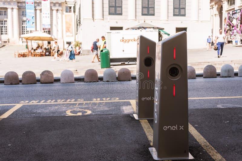 Elektrycznego samochodu ładuje stacja Enel X Włochy w genui, Europa zdjęcia stock