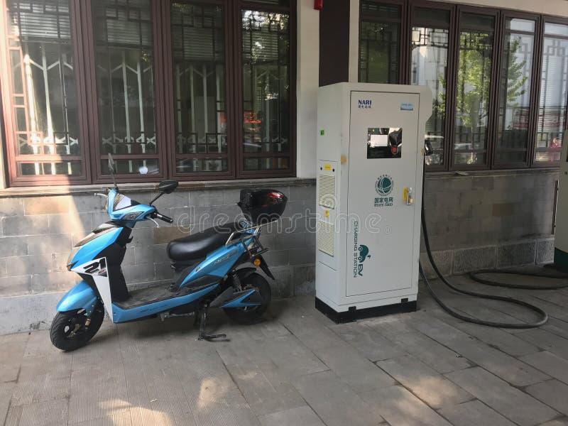 Elektrycznego samochodu Ładuje stacja z motocyklem - obrazy royalty free