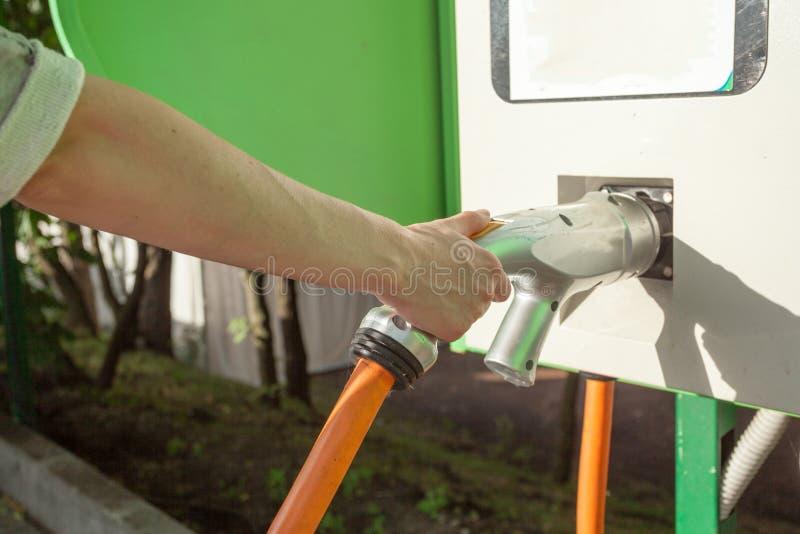 Elektrycznego samochodu pojazdu ładuje energetyczna władza dla środowiskowy życzliwego Kobiety mienia ładuje kabel elektryczny sa zdjęcia stock