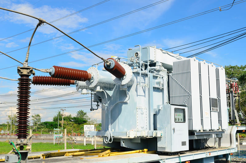 Elektrycznej władzy transformator w podstaci zdjęcia stock