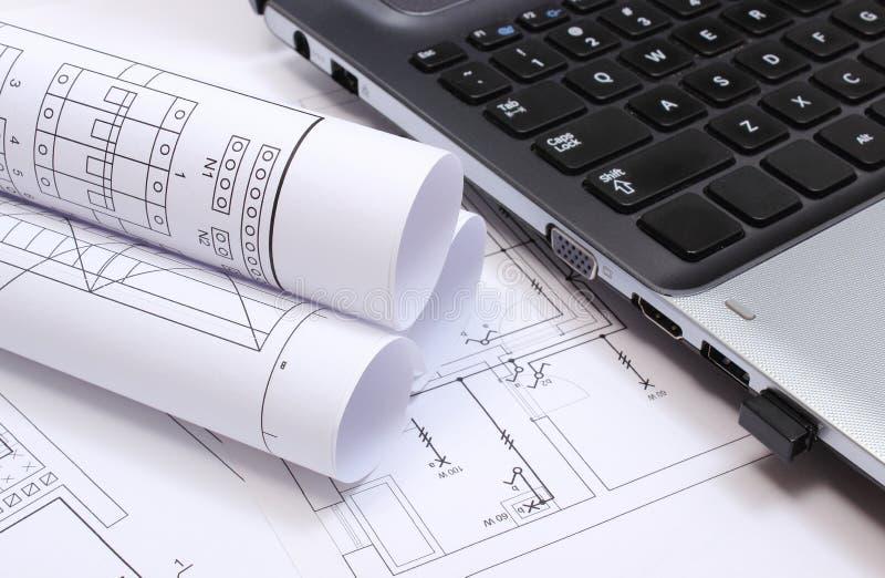Elektryczni diagramy, budowa rysunki i laptop, zdjęcie stock