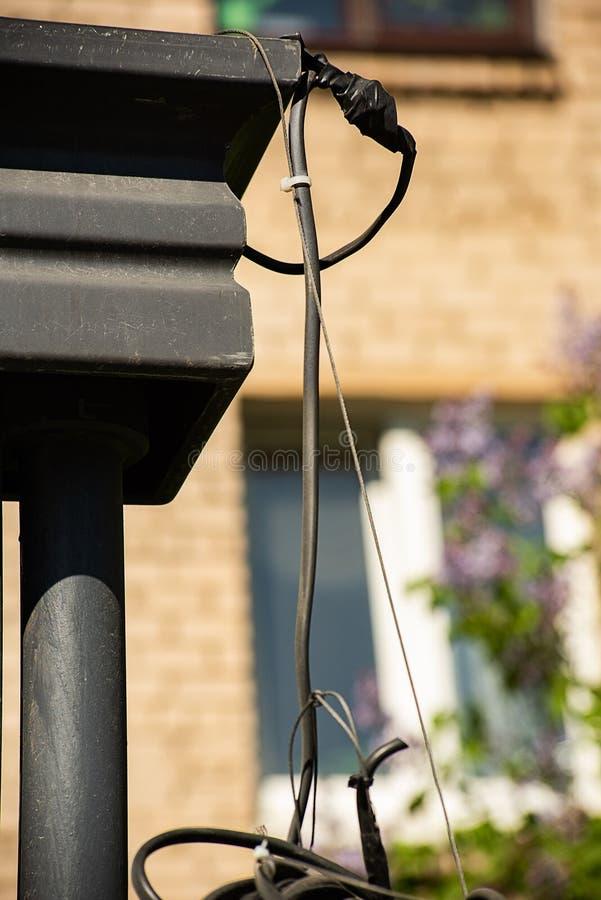 Elektryczni druty wiesza z metal strukturą obraz royalty free