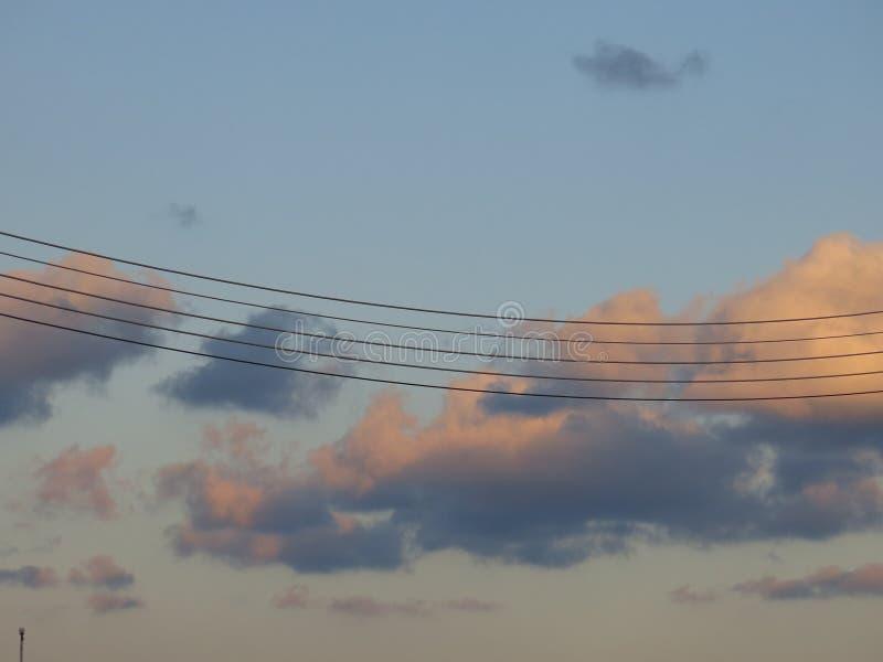 Elektryczni kable jak muzykalni bary obraz stock