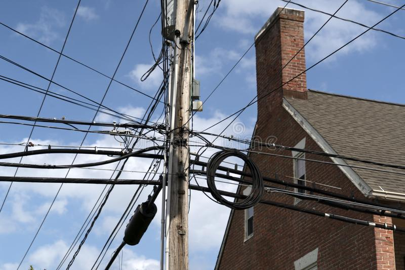Elektryczni kable na starych Maryland domach obrazy stock