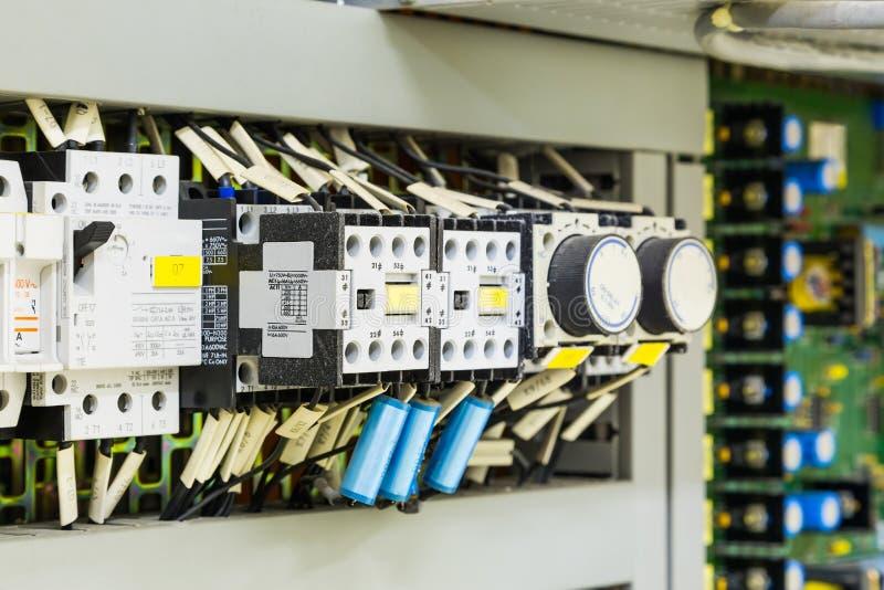 Download Elektryczni Kontrolni Przyrząda W Kontrolnej Kabince Zdjęcie Stock - Obraz złożonej z łamacz, elektroniczny: 106900348