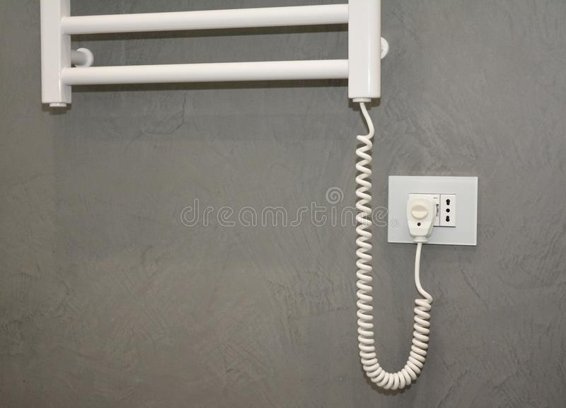 Elektryczni Ręcznikowi poręcze z cieplarką Elektryczni Ręcznikowi poręcze & łazienka grzejnik wyłaczający dalej zdjęcie stock