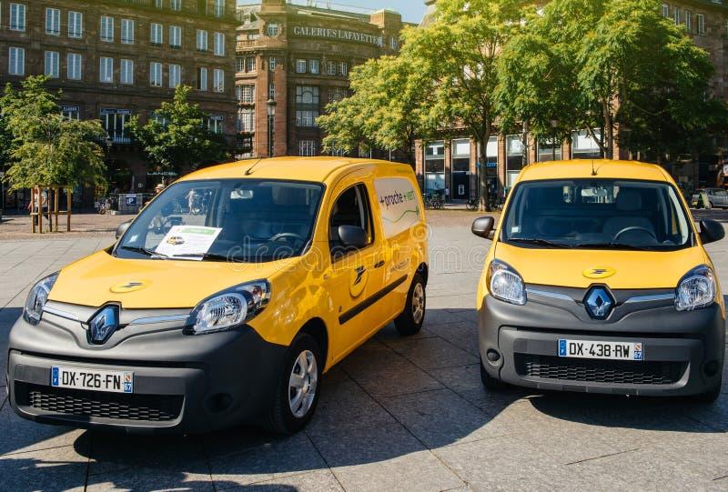 Elektryczni Renault La Poste samochody dostawczy na miejscu Kleber zdjęcie stock