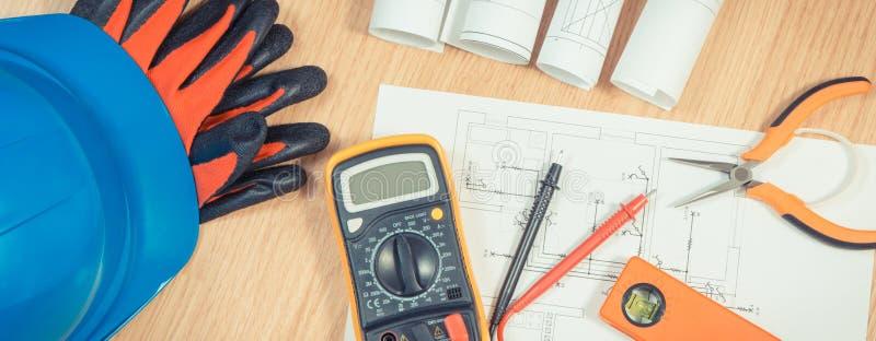 Elektryczni rysunki, multimeter dla pomiaru w elektrycznej instalaci i akcesoria dla inżynier prac, fotografia stock