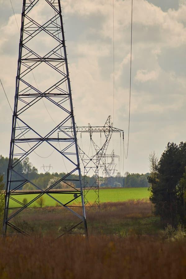 Elektryczni słupy biega przez pola zdjęcie stock