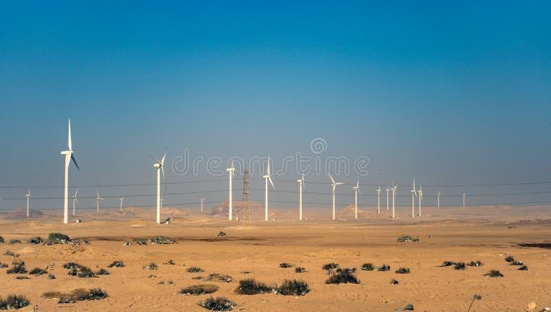 Elektryczni silników wiatrowych generatory w pustyni w Egipt zdjęcia stock