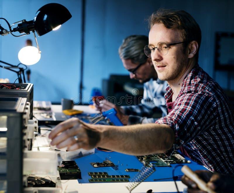 Elektryczni technicy pracuje na elektronika częściach obraz royalty free