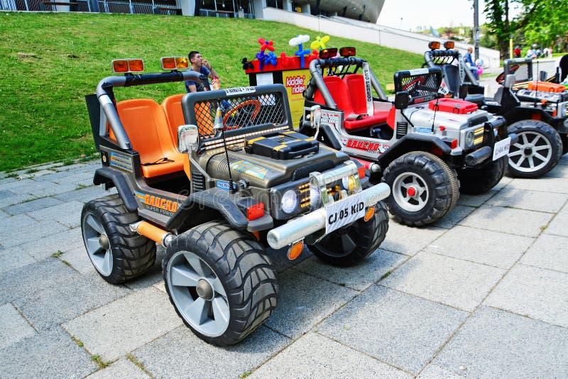 Elektryczni zabawkarscy samochody dla dzieciaków dzierżawić fotografia royalty free