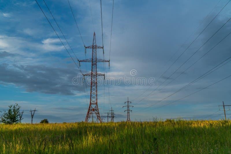 Elektryczność chmury i pilony obraz stock