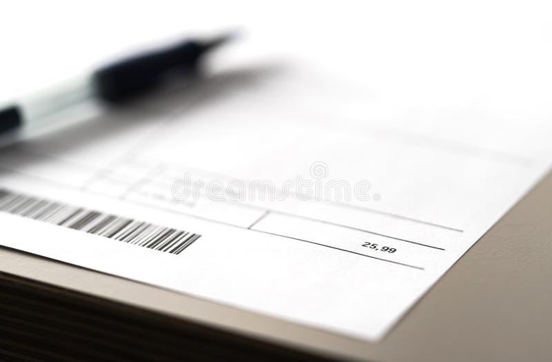 Elektryczność, energia, użyteczność lub rachunek telefoniczny na stole, Papierowa faktura i pióro na stole obraz royalty free
