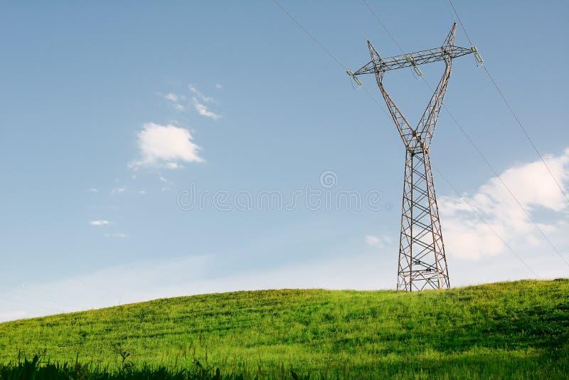 Elektryczność pilon na wzgórzu fotografia royalty free
