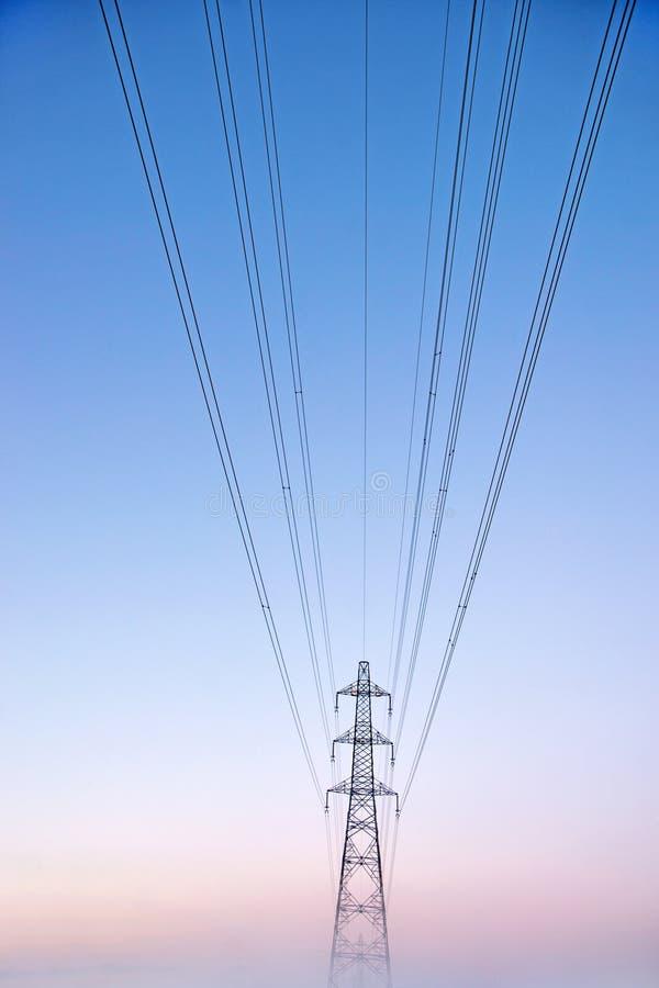 Elektryczność pilon w mgle obraz stock