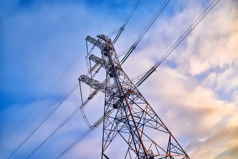 Elektryczność pilon z niebieskim niebem lub Ja jest wysokim strukturą stalowy kratownicy wierza, zazwyczaj, używać wspierać obraz stock