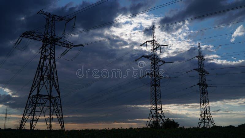Elektryczność pilony i burz chmury obrazy stock