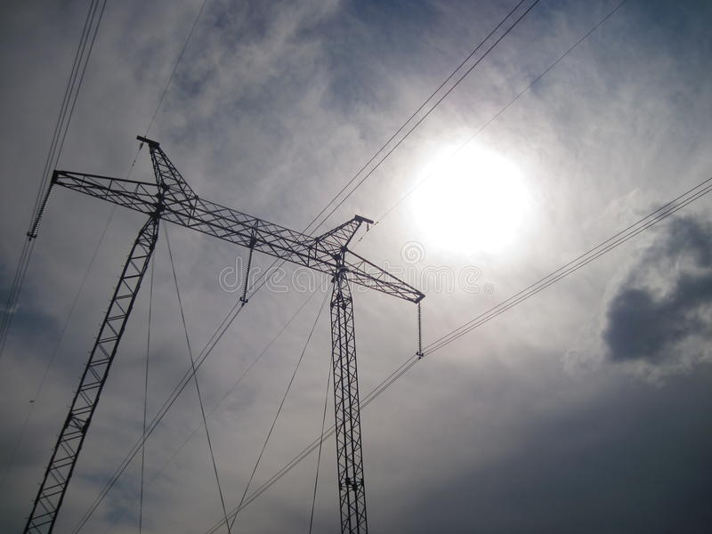 Elektryczność przekazu pilon sylwetkowy przeciw niebieskiemu niebu przy półmrokiem zdjęcie royalty free