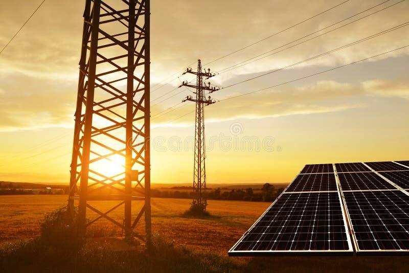 Elektryczność przekazu pilon z panelem słonecznym zdjęcie stock