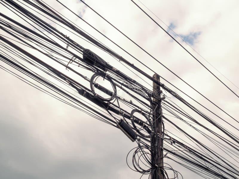 Elektryczność słupów gmatwaniny druty obrazy royalty free
