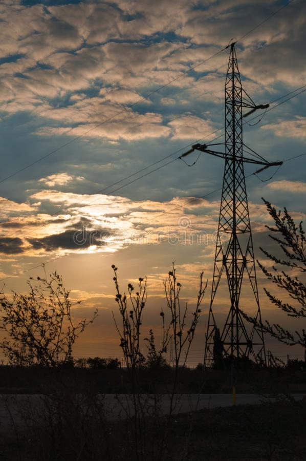 Elektryczność słup i puszyste chmury chuje słońce fotografia royalty free