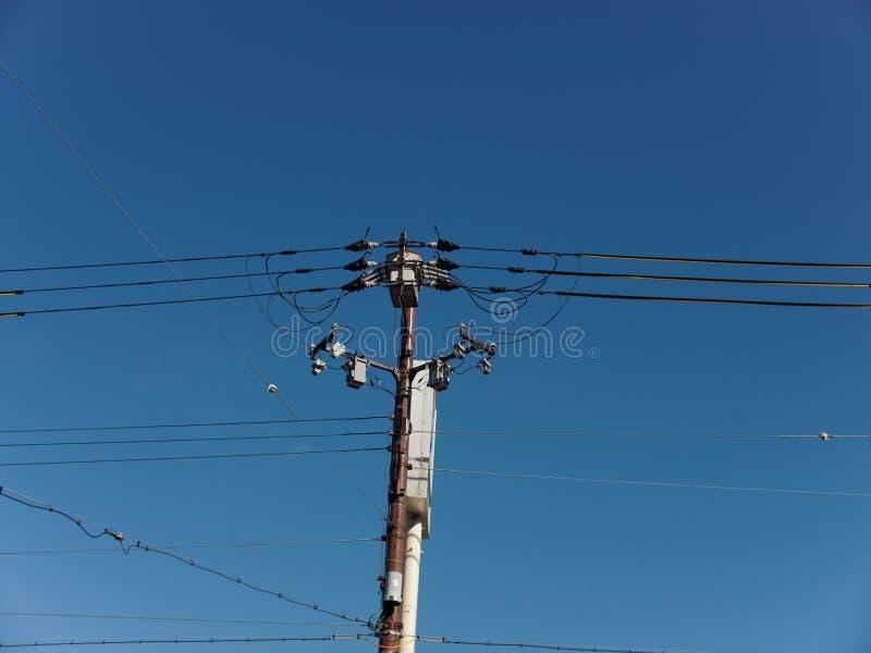 Elektryczność słup na niebieskim niebie fotografia royalty free