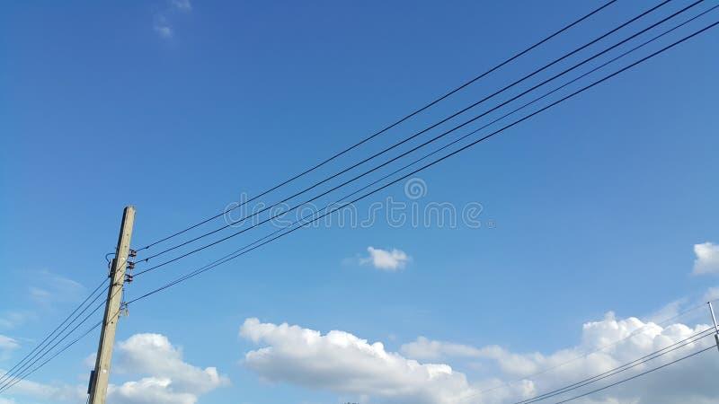 Elektryczność słupy w niebieskiego nieba tle obrazy royalty free