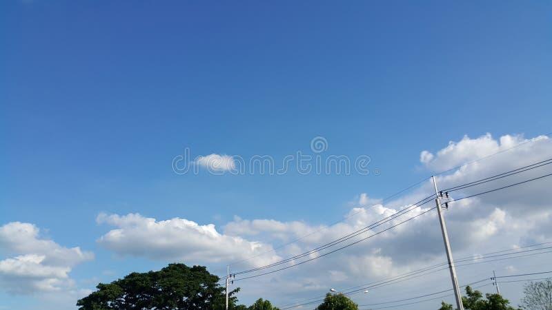 Elektryczność słupy w niebieskiego nieba tle fotografia stock