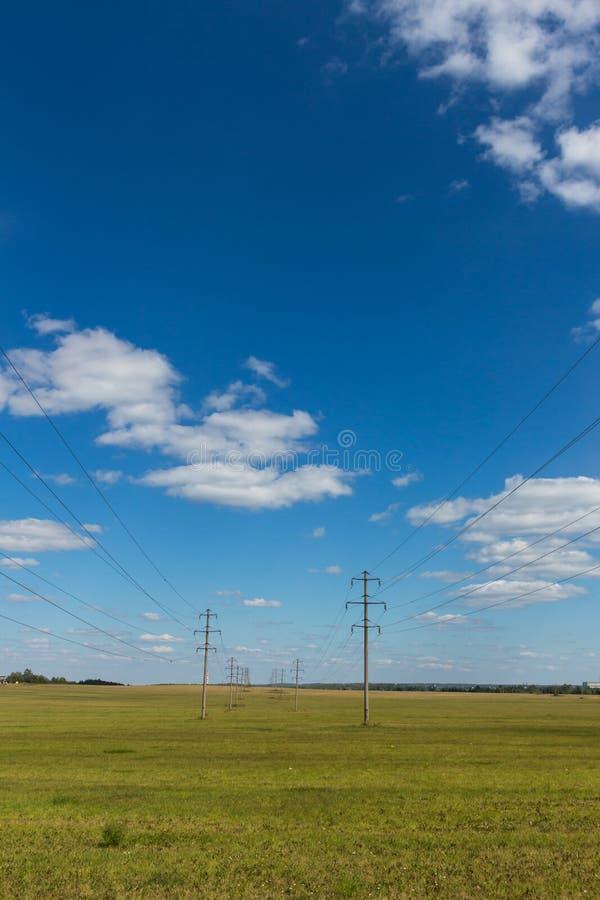 Elektryczność słupy w polu zdjęcia stock