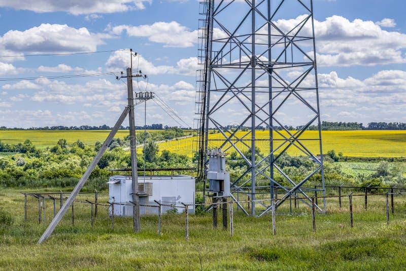 Elektryczności dystrybuci blok z elektrycznym poparciem i filarem, obrazy royalty free