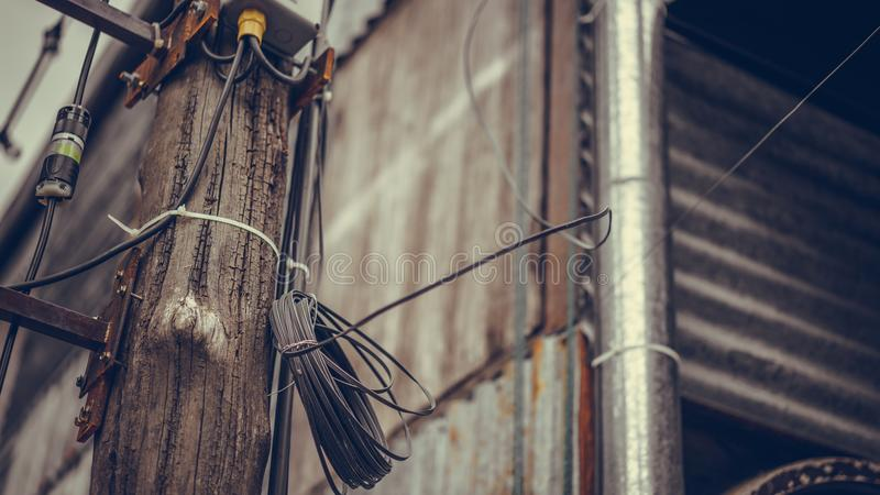 Elektryczności dystrybuci drut Na Drewnianym słupie fotografia stock