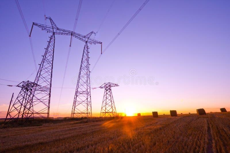 elektryczności pilonu wschód słońca obrazy royalty free