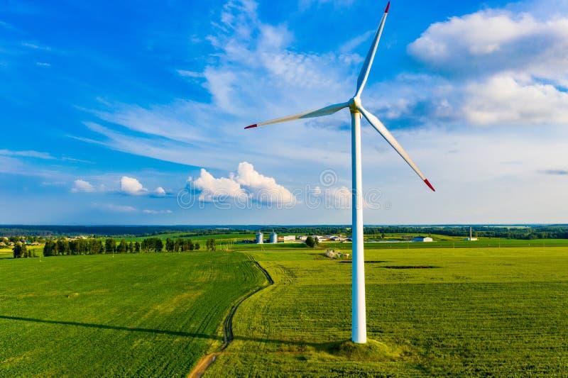 Elektryczności produkcja w wsi Silnik Wiatrowy na gospodarstwie rolnym Ecologically życzliwy energetyczny źródło zdjęcia royalty free