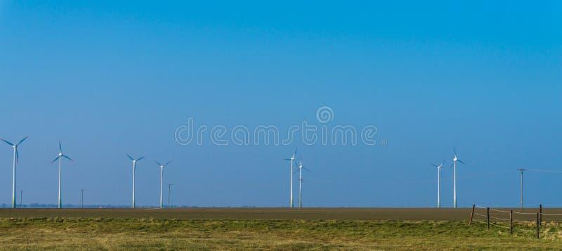 Download Elektryczności Wywołujący Turbina Wiatr Wiatraczki Przy Wschód Słońca Błękitne Niebo Austeria Obraz Stock - Obraz złożonej z wiruje, przemysł: 53784077