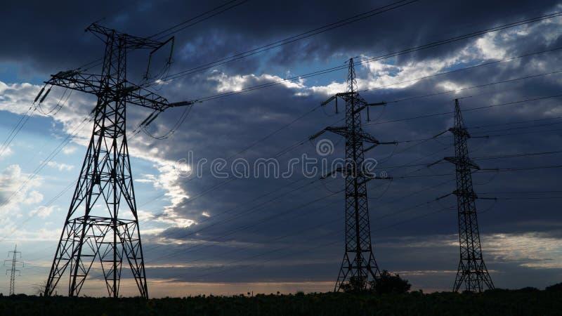 Elektryczno?? pilony i burz chmury zdjęcia stock